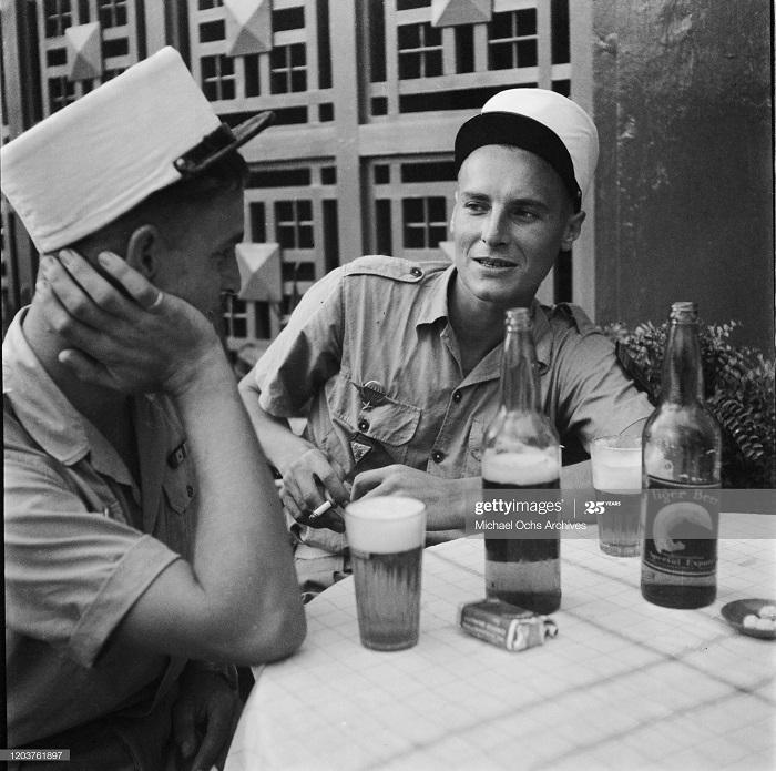 Легионеры в баре 1950 Майкл окс.jpg