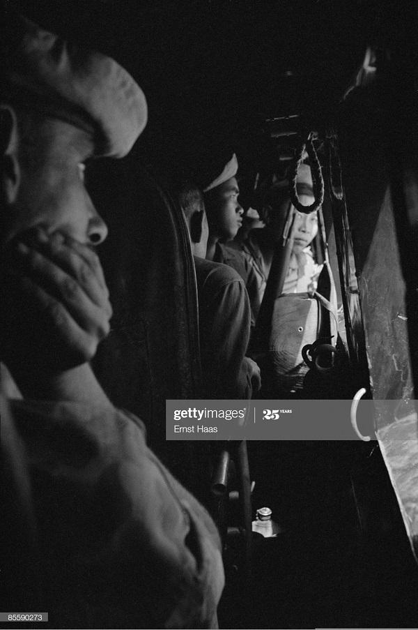 Легионеры в самолете янв 1954 Эрнст Хаас.jpg