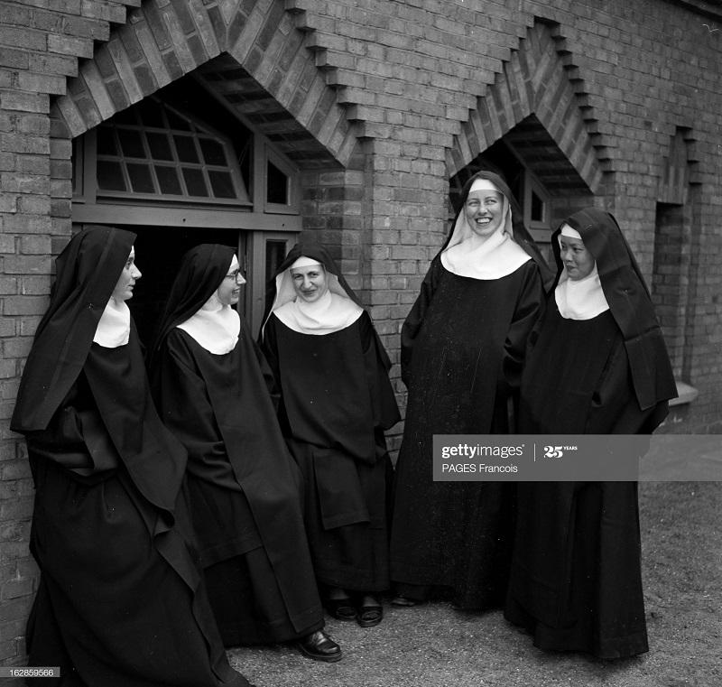 Монахини в своем монастыре перед отпр в Индокитай апр 1954.jpg