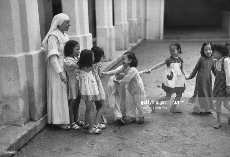 Монахиня и дети окт 1954 говард Сохурек.jpg