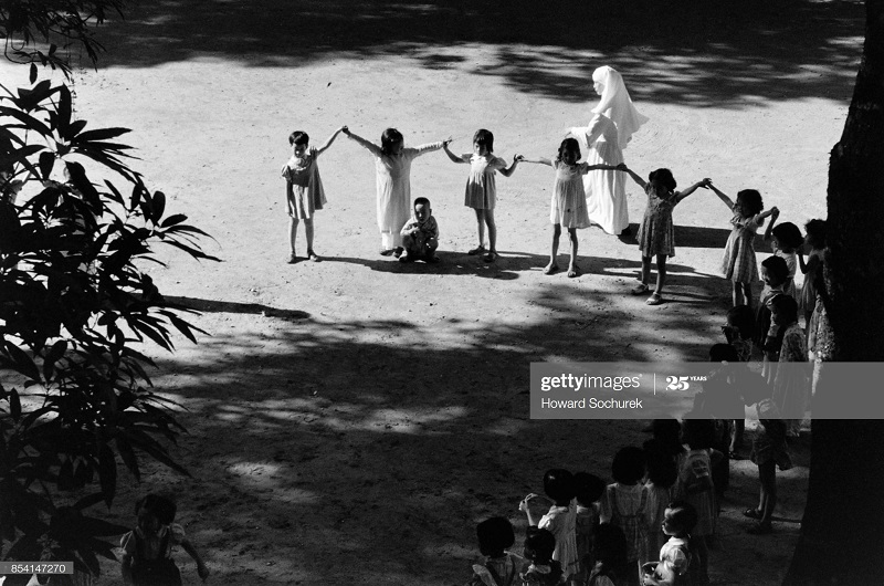 Монахиня и дети окт 1954 говард Сохурек2.jpg