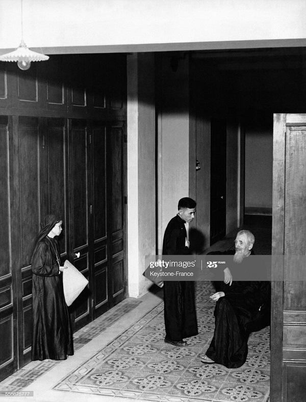 Священники и монахини ждут репатриации в епископстве Ю после 7 лет в заложниках ВМ 13 июня 1953.jpg