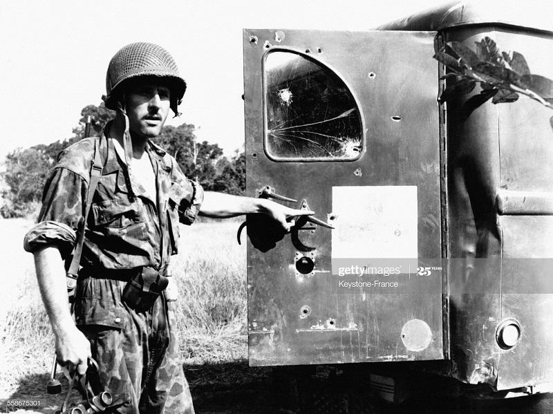 Парашютист у сан машины прострел во время засады 12 дек 1951.jpg
