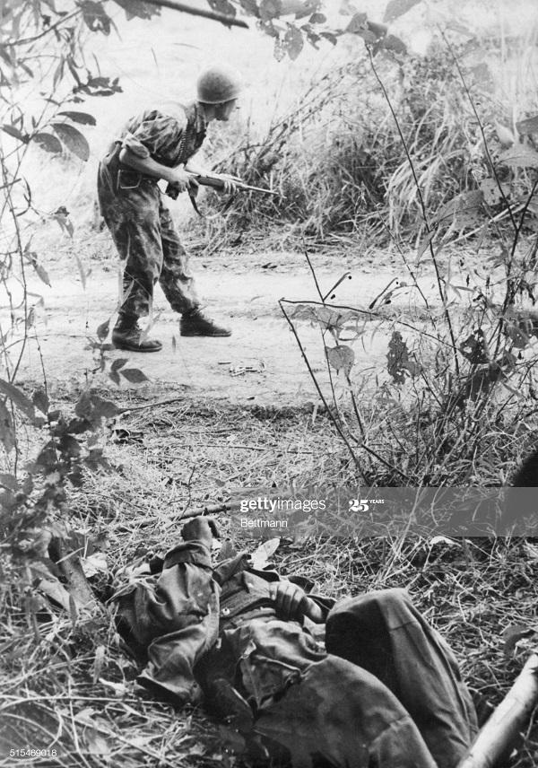 Парашютисты в джунглях кр реки 24 дек 1951.jpg