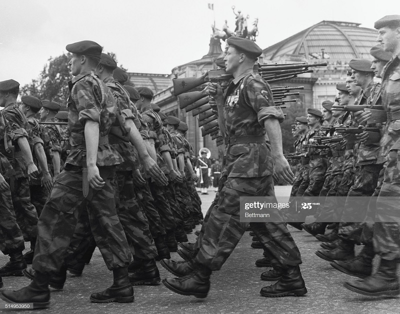 Парашютисты на параде 16 июл 1952 Почему 16 а не 14.jpg