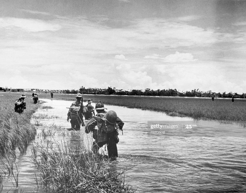 Парашютисты на рисовых полях 23 авг 1953.jpg
