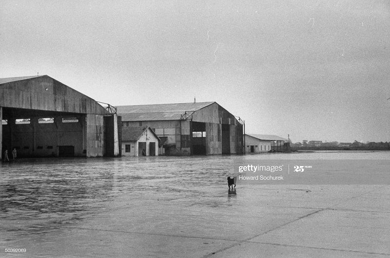 Аэропорт перед приходом ВМ окт 1954 Говард Сохурек.jpg