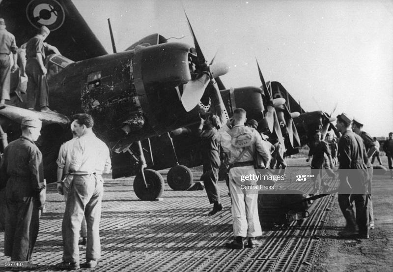 Погрузка бомб на самолеты в ДБФ 9 апр 1954.jpg