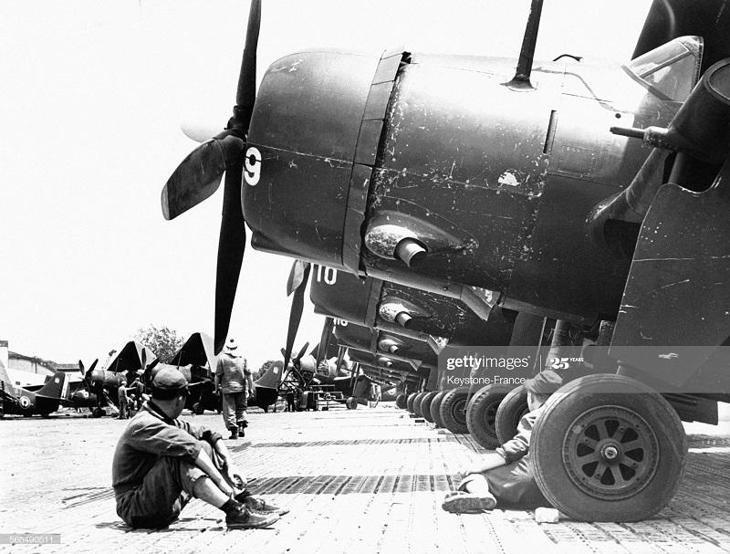 Механики в Баш Мэ у самолетов уч в битве при ДБФ 31 марта 1954.jpg