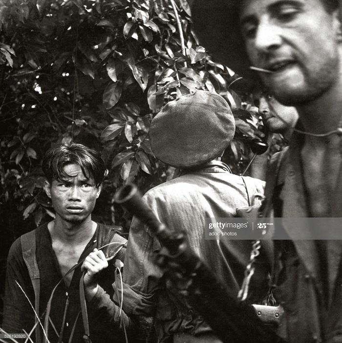 Допрос подозреваемого солдатами ИЛ 1954.jpg