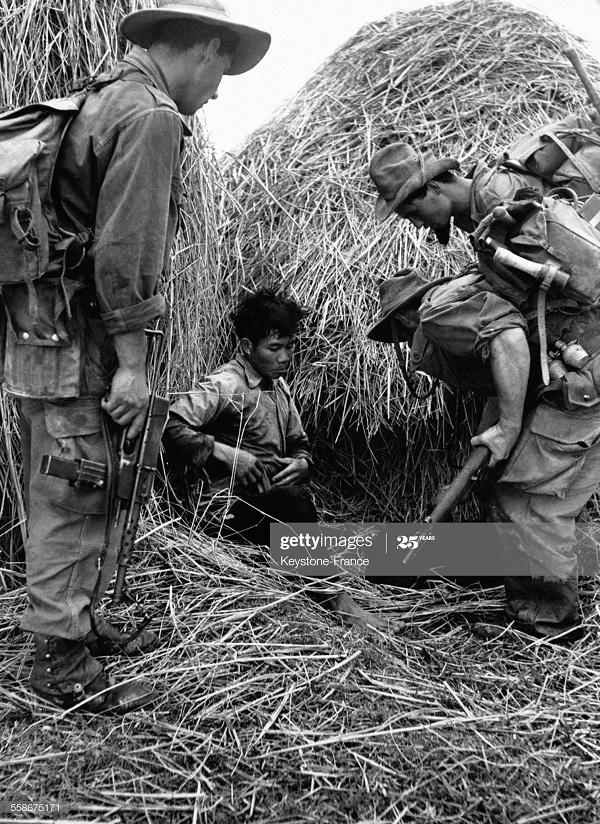 Фр солд нашли раненого солдата ВМ в сене 31 дек 1953.jpg