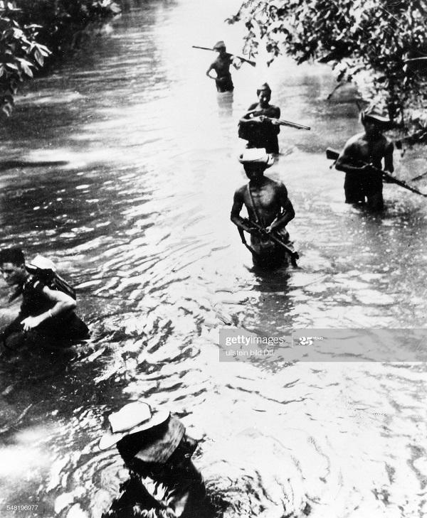 Вьет солд и фр капрал переходят речку окт 1950.jpg
