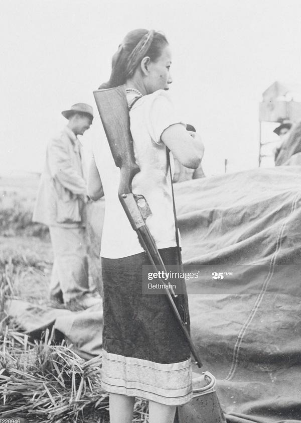Женщина в самооб для защиты от ВМ 30 мая 1953.jpg