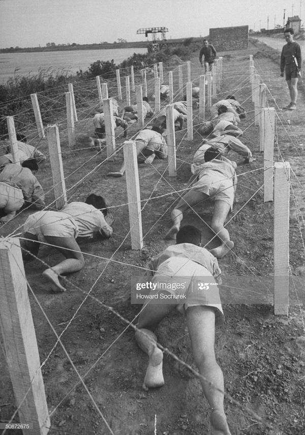 Полоса препят для вьетнамцев в ИЛ дек 1950 Говард Сохурек.jpg