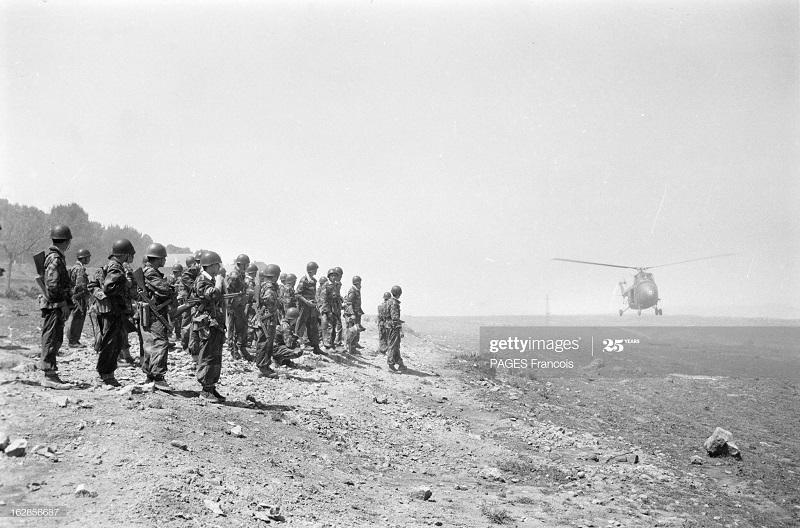 Алж марок граница солдаты ждут вертолет 20 апр 1956 Ф Паж.jpg