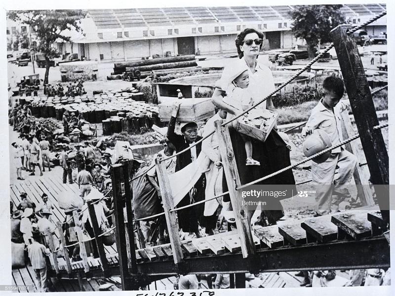 Беженцы и дама и соц службы 21 авг 1954.jpg