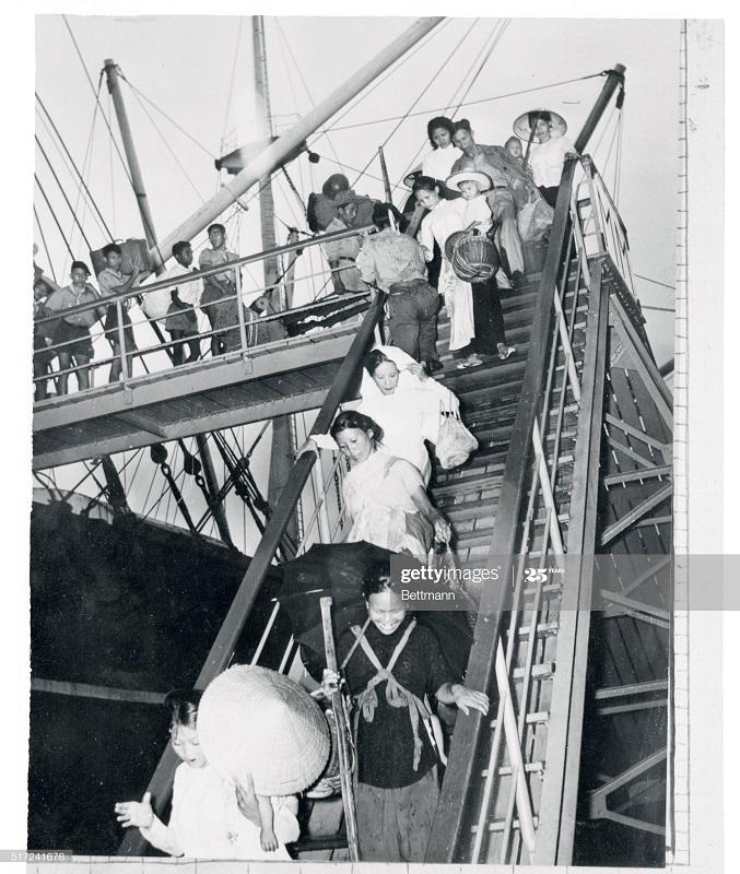 Беженцы прибывают в Сайгон 16 авг 1954.jpg