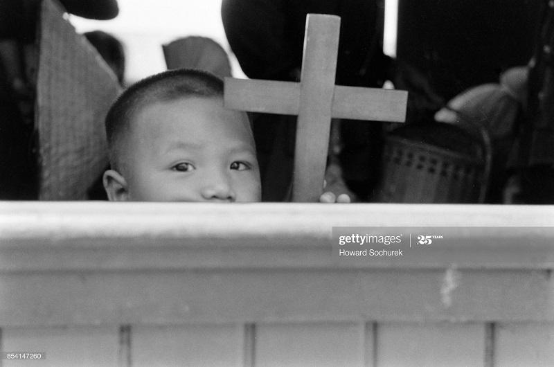 Беженцы Ребенок в поезде ханой окт 1954 Говард Сохурек.jpg