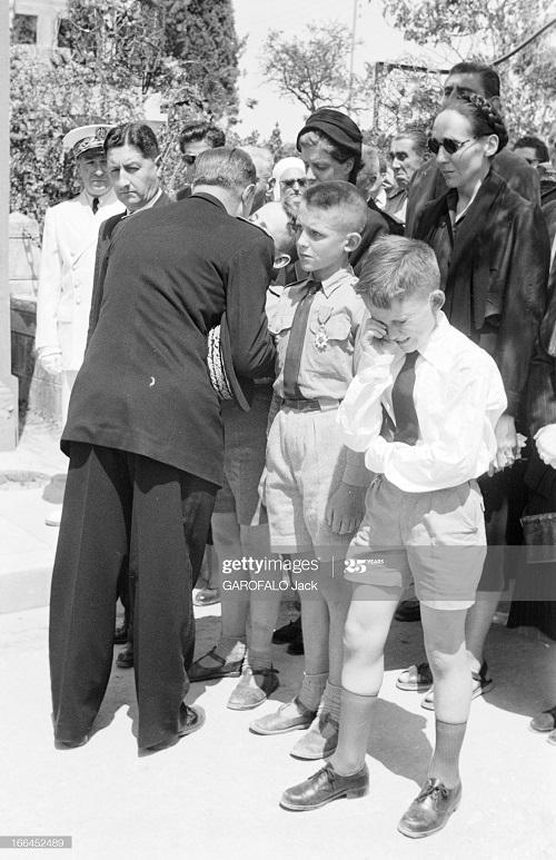 Тебесса похороны Дюпюи сын с орденом отца 24 мая 1955 Джек Гарофало.jpg
