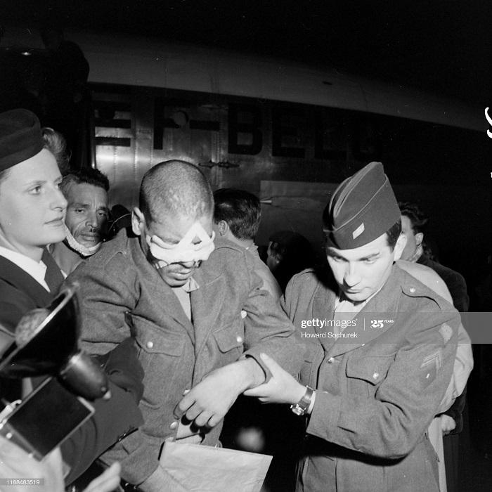 Раненые солд в Париже 4 мая 1954 Говард Сохурек.jpg