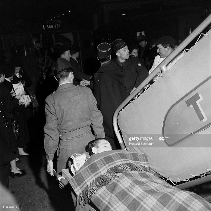 Раненый солд в Париже 4 мая 1954 Говард Сохурек.jpg