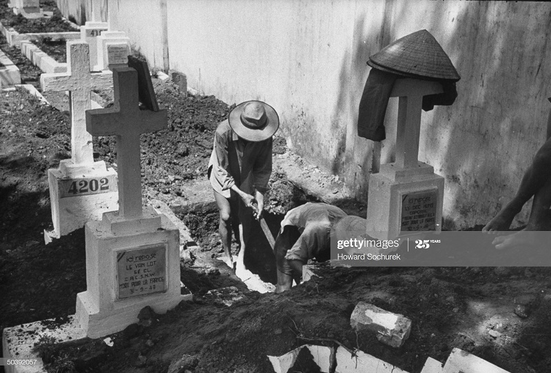 Копают могилу окт 1954 говард сохурек.jpg