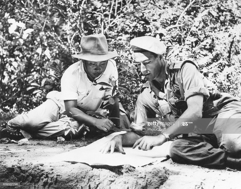 Сианук сороль Камбоджи и капитан фр армии читают карту окт 1952.jpg
