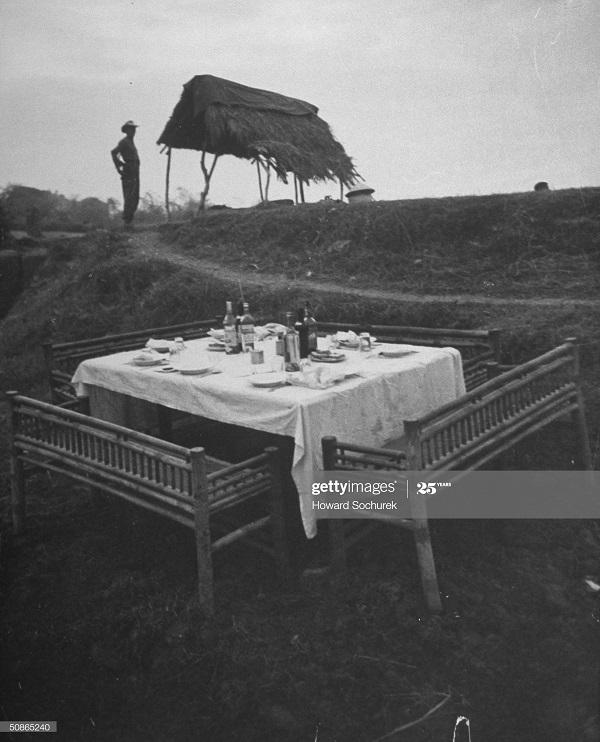 Стол для оф в районе дельты Кр реки после форт подв нападению 1950 Говард Сохурек.jpg