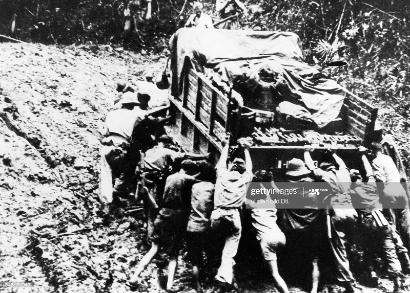 Толкают грузовик на севере Вьетнама 10 окт 1950 Као Банг вроде.jpg