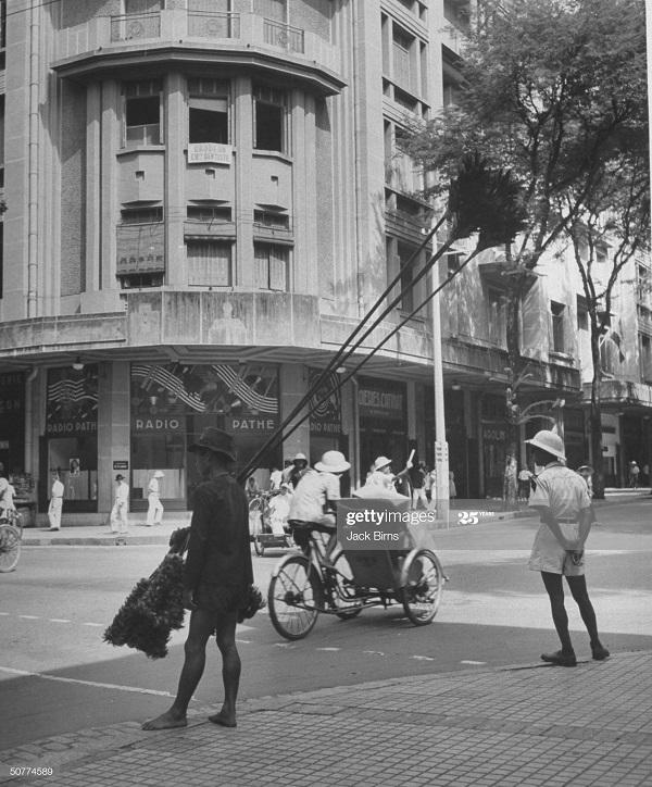 Мужчина с гигант перьями 1948 Джек Бирнс.jpg