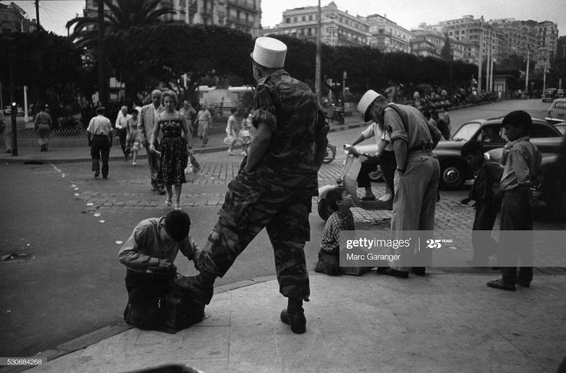 Алжир город мальчик чистит обувь солдату июль 1960 Марк Гаранже.jpg