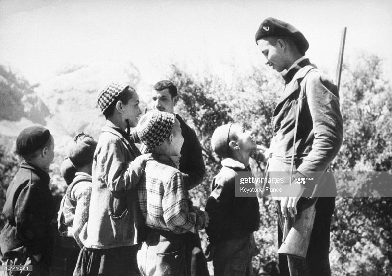 Солдат из самообороны с детьми в Закнуне ма1 1958.jpg