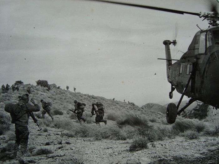 Солдаты у вертолета.jpg
