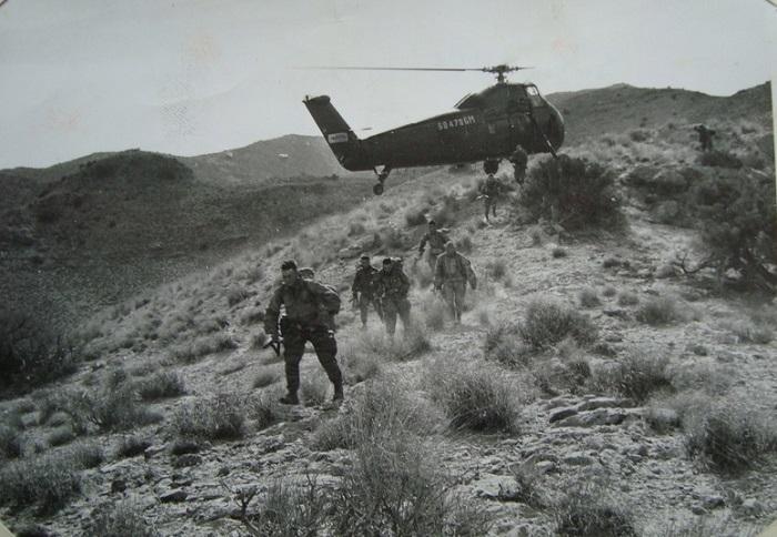 Солдаты у вертолета2.jpg
