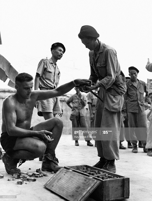 Раздача боеприпасов 1950.jpg