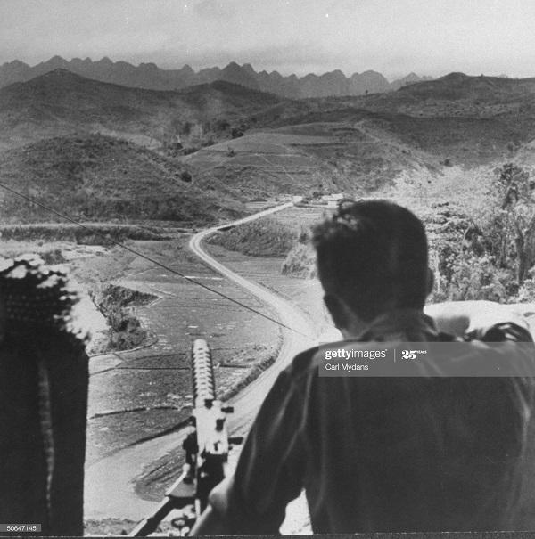 Солдат в авто на гр Китая апр 1950 Карл Майданс.jpg