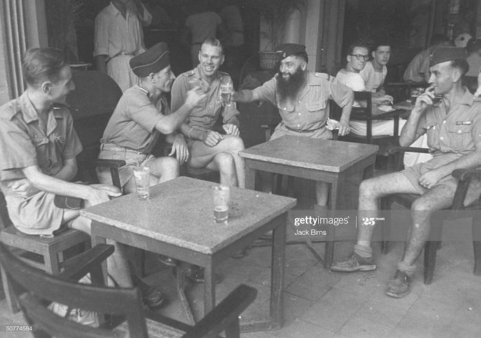 Солдаты в кафе июль 1948 Джек Бирнс.jpg