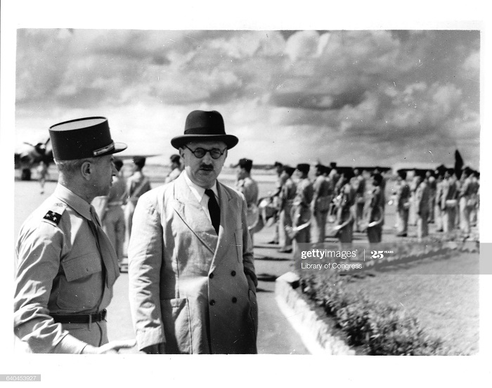 Фр оф и гражд возле вьет милиции окт 1950.jpg