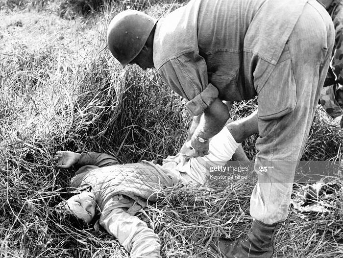 Фр солдат перевязывает товарища 1950.jpg