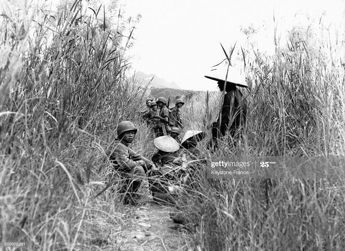 Фр солдаты защ вьет из инж войск ремонт дороги в Хоа Бинхе 15 нояб 1951.jpg
