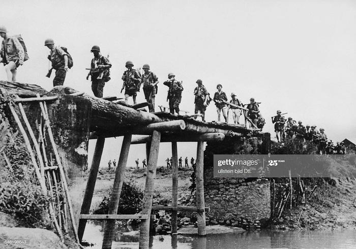 Фро и вьет солд на восст мосту  в Хоа Бинхе 17 нояб 1951.jpg