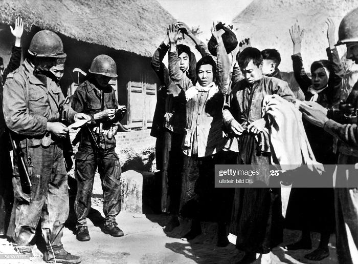 Фр солд и пленные сторонники ВМ в дельте Тонкина 1953.jpg