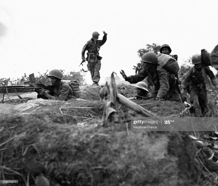 Фр солд окруж деревню с ВМ в Труанг-Тхоне во время рп Бретань янв 1953.jpg
