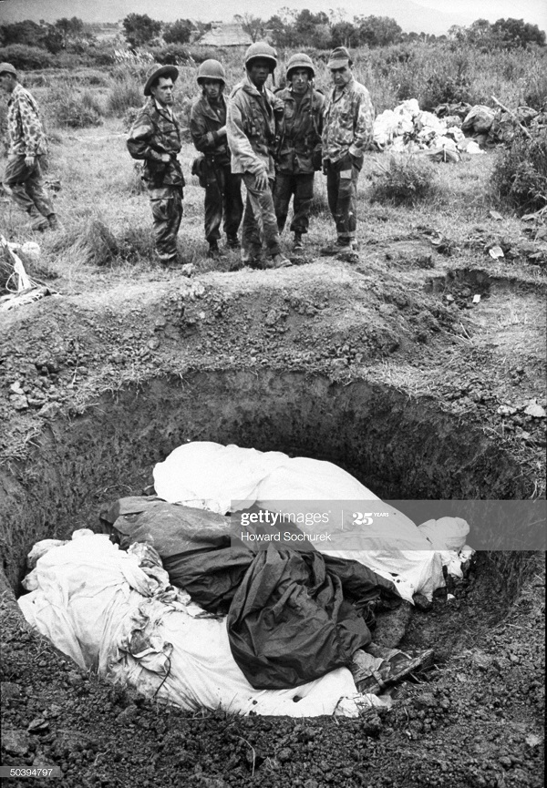 Фр солд у могилы нояб 1953 говард Сохурек.jpg