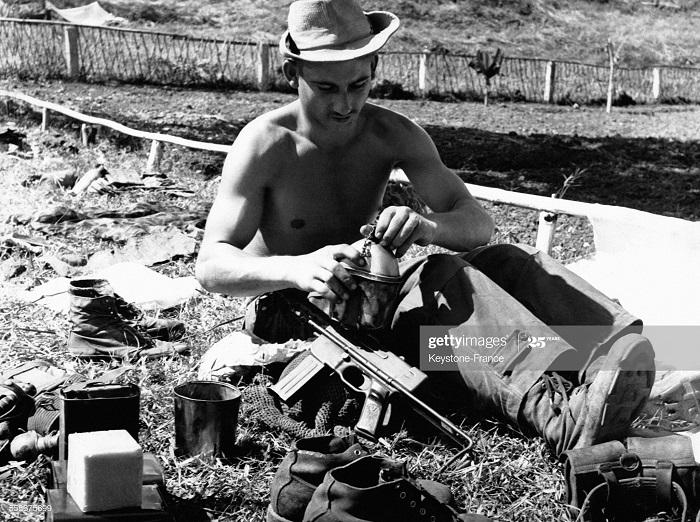 Фр солдат исп паузу чтобы выпить воды из фляги  26 окт 1952.jpg