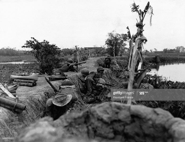 Фр солдаты в траншеях окр солд ВМ в деревне в Труанг-Тхоне янв 1953.jpg