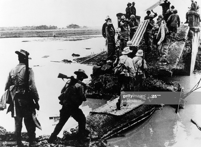 Фр солдаты переходят мост 60 миль от Ханоя 1953.jpg