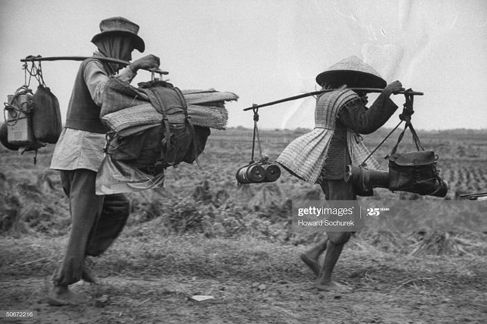 Военные несут экипировку дек 1953 говард Сохурек.jpg