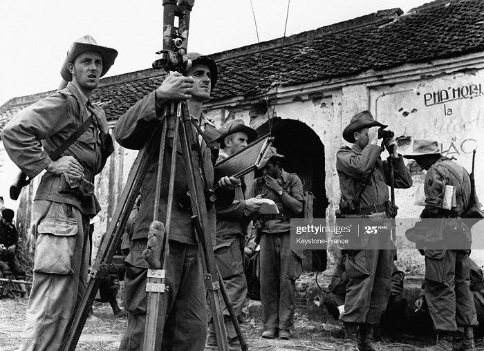 КП фр бат у пагоды готовятся к стрельбе во вр опер Жерфо 31 дек 1953.jpg