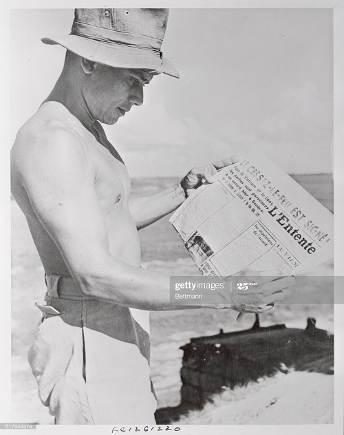 офицер с газетой 6 авг 1954.jpg